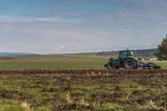 犁领域的拖拉机 免版税库存图片