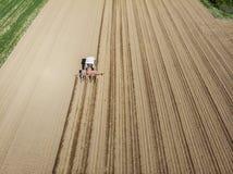 犁领域,鸟瞰图,犁,播种,收获农业和种田的拖拉机的鸟瞰图,竞选 免版税库存照片