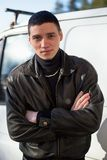 犯罪出现的一个年轻人在黑皮夹克的 免版税库存照片