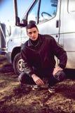 犯罪出现的一个年轻人在黑皮夹克的 库存图片