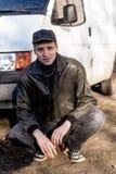 犯罪出现的一个年轻人在黑皮夹克的 免版税库存图片