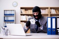 犯罪商人佩带的巴拉克拉法帽在办公室 库存照片