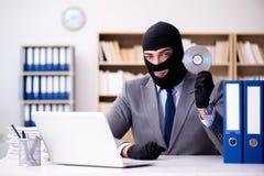 犯罪商人佩带的巴拉克拉法帽在办公室 库存图片
