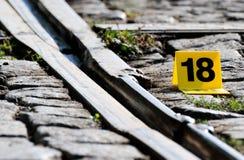犯罪现场证据标志近到路轨 库存图片