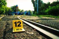 犯罪现场证据标志近到路轨 图库摄影