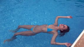 犯罪现场-妇女软绵绵在水中 股票录像