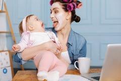 犯错与她的女儿的乐趣小姐 免版税库存照片