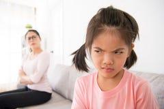 犯错误的美丽的矮小的女儿 免版税库存图片