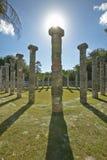 状况的在奇琴伊察,在尤卡坦半岛,墨西哥的玛雅废墟专栏周围的象草的庭院 库存照片