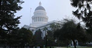 状态国会大厦的看法在萨加门多,雾的4K加利福尼亚 股票录像