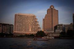 状态塔和旅馆位于河岸 库存照片