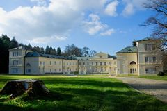 状态大别墅Kynzvart在小城市Lazne Kynzvart在著名捷克温泉镇Marianske Lazne M附近的坏Königswart位于 免版税库存照片