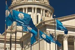 状态旗子飞行在俄克拉何马状态国会大厦,奥克拉荷马市OK 库存照片