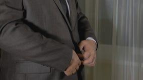 状态白种人人商人穿衣服夹克并且调直他的领带 影视素材