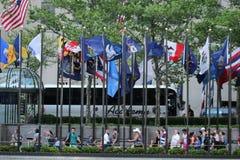 状态的旗子在洛克菲勒中心的 免版税库存图片