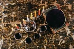 犹太与menorah和四个玻璃酒传统大烛台的标志犹太假日光明节