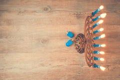 犹太与menorah的假日光明节创造性的背景 看法从上面与在menorah的焦点 减速火箭的过滤器作用 免版税库存图片