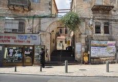 犹太人在商店附近站立在耶路撒冷 库存图片
