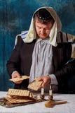 犹太人是祝福matza为犹太假日逾越节塞德膳食 免版税图库摄影