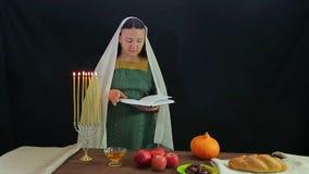 犹太人的妇女读一个祷告以纪念犹太新年 影视素材