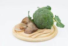 犹太人的耳朵蘑菇硬花甘蓝和芦笋在切板isola 免版税库存图片