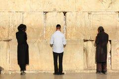 犹太人祈祷在西部墙壁在耶路撒冷 图库摄影
