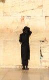 犹太人祈祷在西部墙壁在耶路撒冷 免版税库存图片