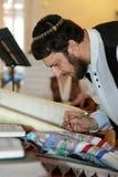 犹太人读取torah 免版税库存图片
