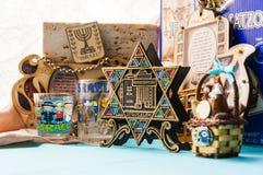 犹太传统属性纪念品吉祥人在桌上设置了 库存图片