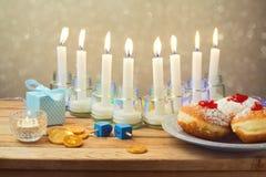 犹太假日光明节桌设置 免版税图库摄影