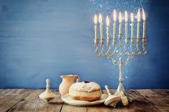 犹太假日光明节的图象与木dreidels的 免版税库存照片
