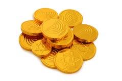 犹太假日光明节的图象与金在白色隔绝的巧克力硬币的 图库摄影