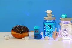 犹太假日光明节的图象与dreidels汇集& x28的;转动的top& x29;并且多福饼