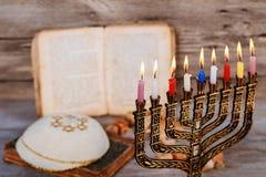 犹太假日光明节的抽象减速火箭的被过滤的低调图象与menorah传统大烛台的