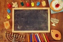犹太假日光明节的顶视图图象与menorah (传统大烛台),油炸圈饼和木dreidels (抽陀螺)的 库存图片