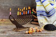 犹太假日光明节背景的低调图象与menorah传统大烛台和灼烧的蜡烛的 库存照片