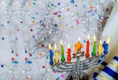 犹太假日光明节背景的低调图象与menorah传统大烛台和灼烧的蜡烛的 免版税库存图片