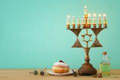 犹太假日光明节背景的图象与menorah & x28的; 传统candelabra& x29;并且燃烧的蜡烛