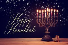 犹太假日光明节背景的图象与menorah & x28的; 传统candelabra& x29;并且蜡烛