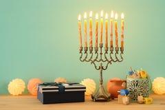 犹太假日光明节背景的图象与menorah & x28的; 传统candelabra& x29;