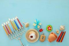 犹太假日光明节背景的顶视图图象与传统spinnig上面、menorah & x28的; 传统candelabra& x29; 图库摄影