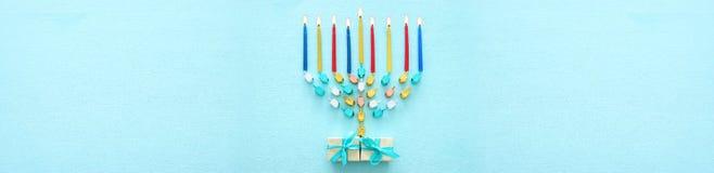 犹太假日光明节背景的顶视图图象与tradit的