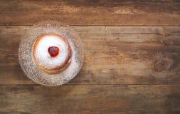 犹太假日光明节顶视图用多福饼 免版税库存照片