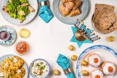 犹太假日光明节,传统宴餐框架顶视图 库存图片