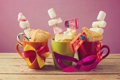 犹太假日普珥节传统礼物与hamantaschen曲奇饼和糖果 免版税图库摄影