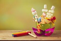 犹太假日普珥节礼物与hamantaschen在桶的曲奇饼 免版税库存图片