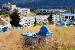 犹太公墓严重石墓碑 免版税库存图片
