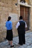 犹太妇女和犹太人在墙壁读了题字 免版税库存图片