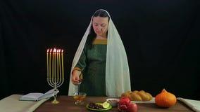 犹太妇女浸洗在蜂蜜的一个日期以纪念犹太新年并且尝试 股票录像