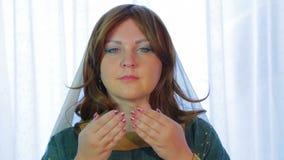 犹太妇女读一个祝福用她的在她的眼睛的手 股票录像